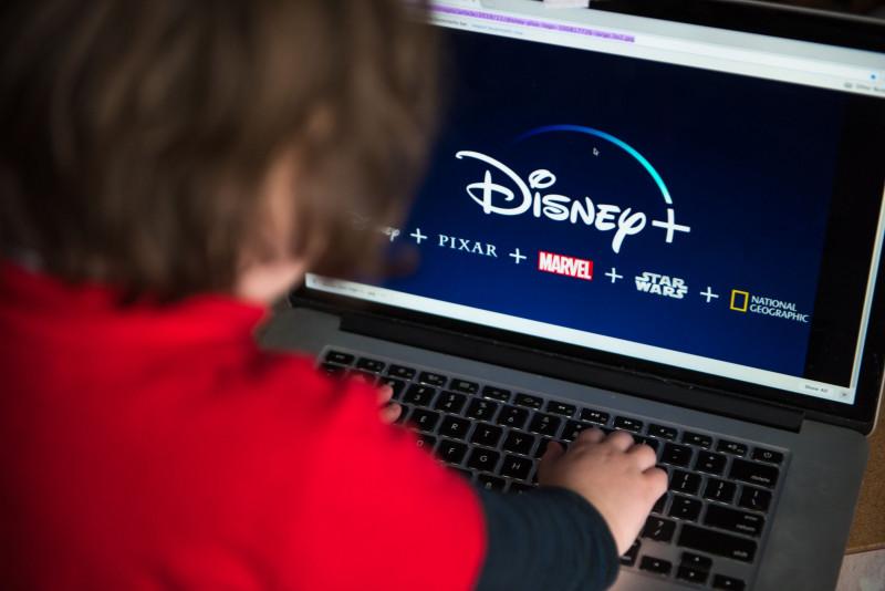 """طفل يستخدم جهاز كمبيوتر محمول يحاول الدخول إلى موقع """"ديزني+"""""""