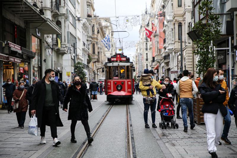 """ميدان """"تقسيم"""" وشارع الاستقلال المزدحم في مدينة إسطنبول خلال نوفمبر 2020"""