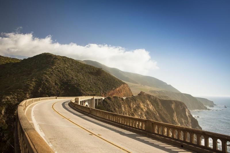 جسر بيكسبي الشهير على الطريق السريع 1 في كاليفورنيا