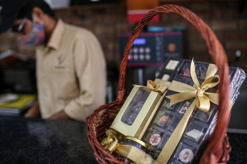 هدايا من الشوكولاتة الفاخرة للبيع في متجر للكعك في مومباي، الهند.