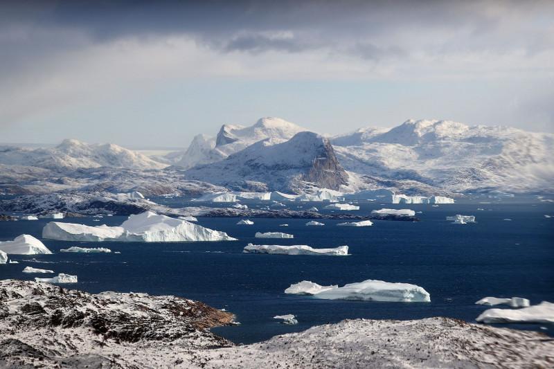 """قمم جبال الجليد في بحث لمشروع """"المحيطات تذيب غرينلاند"""" لوكالة """"ناسا"""" كما تبدو من طائرة قرب أوبرنافيك في غرينلاند في 7 سبتمبر 2021"""