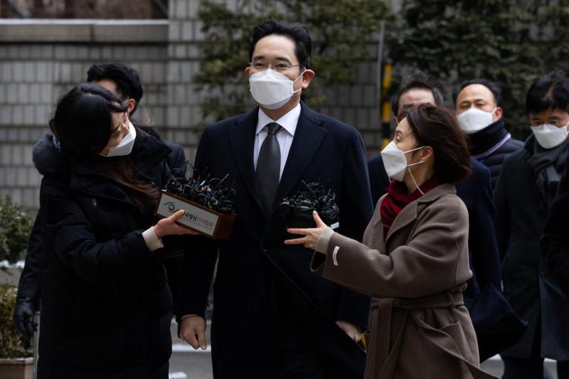 """جاي واي لي نائب رئيس شركة """"سامسونغ إلكترونيكس كو"""" (في الوسط) عند وصوله إلى محكمة سيؤول العليا في العاصمة الكورية الجنوبية"""