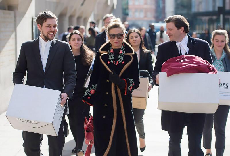 تاتيانا أحمدوفا أثناء خروجها من إحدى محاكم لندن، بعد جلسة عن قضية طلاقها من فرهاد أحمدوف