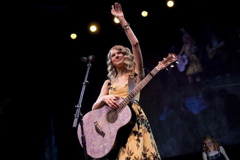 """المطربة تايلور سويفت. حقق ألبومها """"ايفرمور"""" مبيعات هي الأكبر  في الولايات المتحدة خلال العام الجاري"""