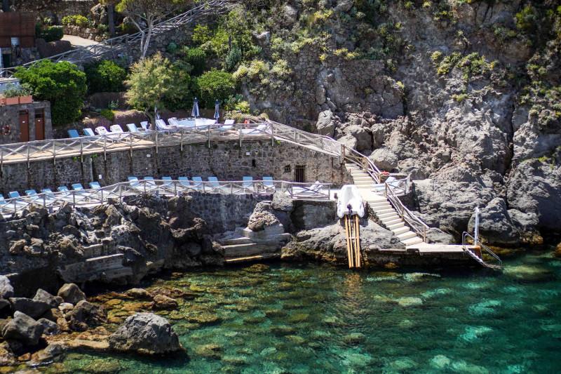 واحة عند المنحدر الصخري في ميزاتوري بجزيرة إسكيا