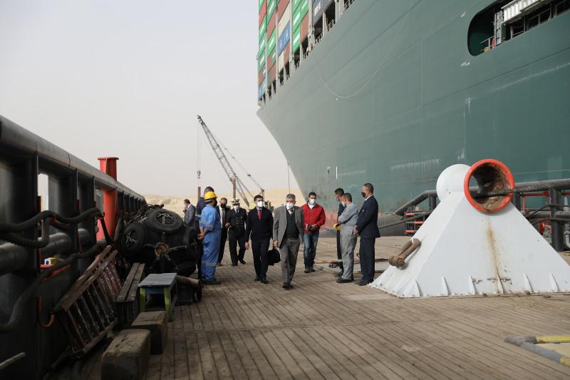 جهود متواصلة لتعويم السفينة البنمية الجانحة في قناة السويس