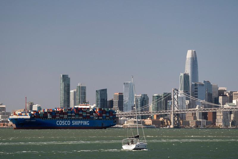 """تنتظر سفينة شركة """"تشاينا أوشن شيبينغ """"أو """"كوسكو""""، في خليج سان فرانسيسكو لدخول ميناء أوكلاند في أوكلاند بكاليفورنيا في 23 مارس 2021"""