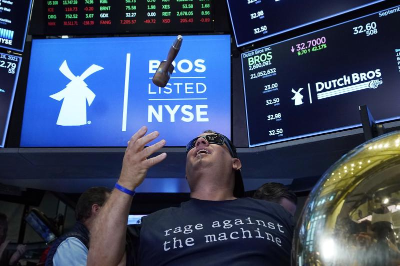 """ترافيس بويرسما يرمي المطرقة احتفالاً بقرع جرس التداول الأول لشركة """"داتش بروس"""" في بورصة نيويورك"""