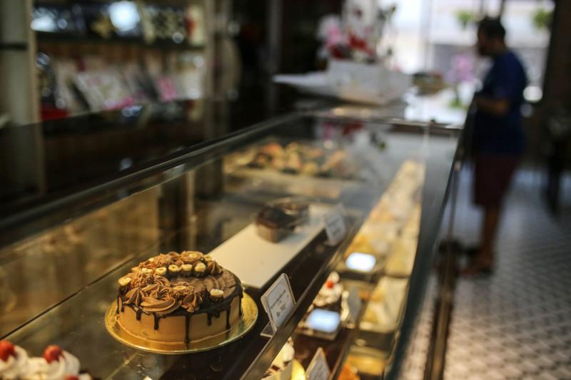 كعكة من الشوكولاتة يعرضها أحد المتاجر في مومباي، الهند.