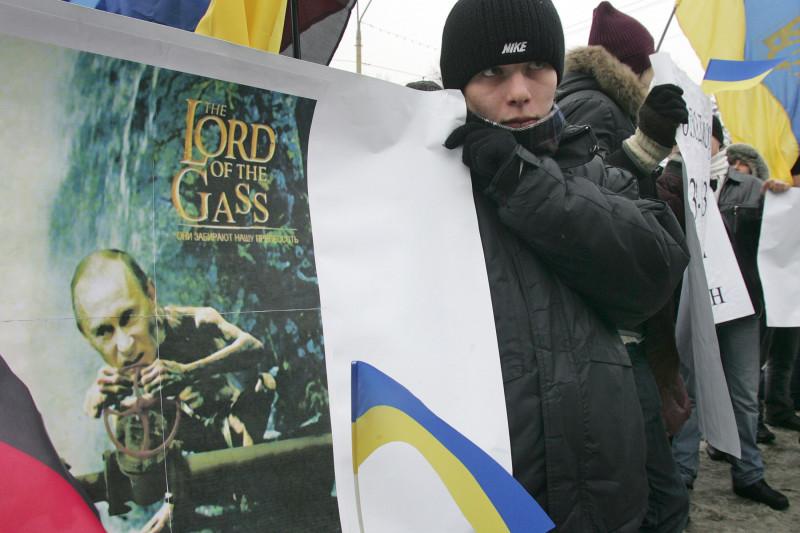 متظاهر أمام السفارة الروسية في العاصمة الأوكرانيّة كييف يوم 15 يناير 2009 خلال أزمة الغاز بين البلدين