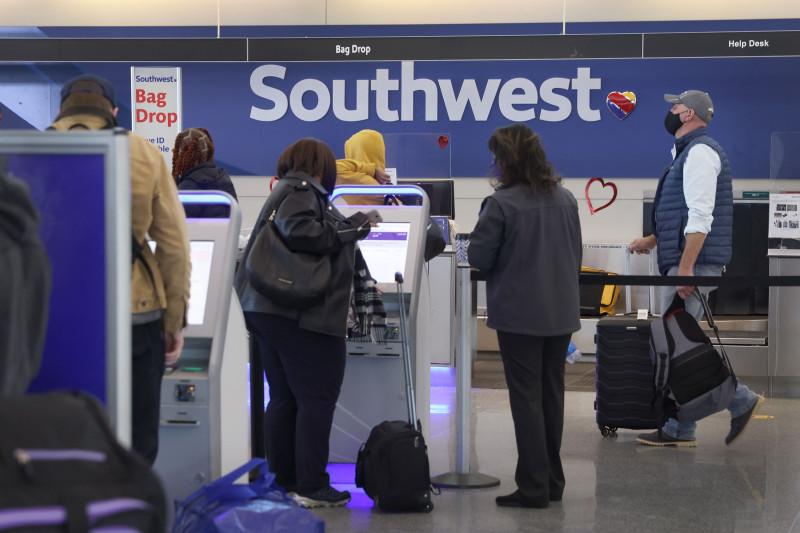 يقوم الركاب بتسجيل الوصول لرحلات خطوط ساوث ويست الجوية في مطار ميدواي الدولي في شيكاغو يوم 28 يناير
