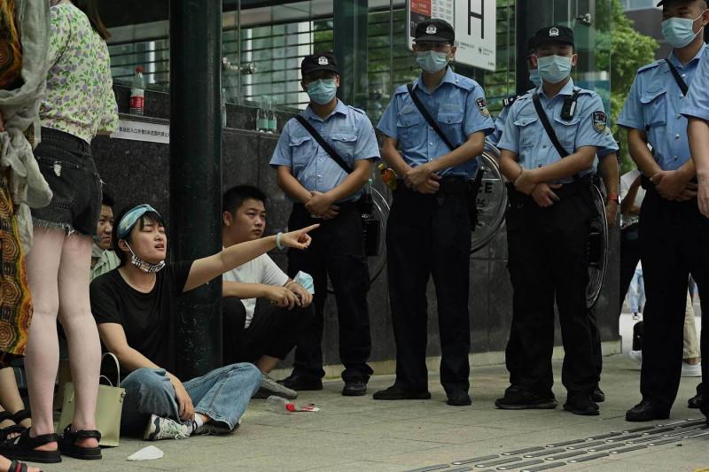 """محتجون خارج مقر """"آيفرغراند"""" في مدينة شنجن"""