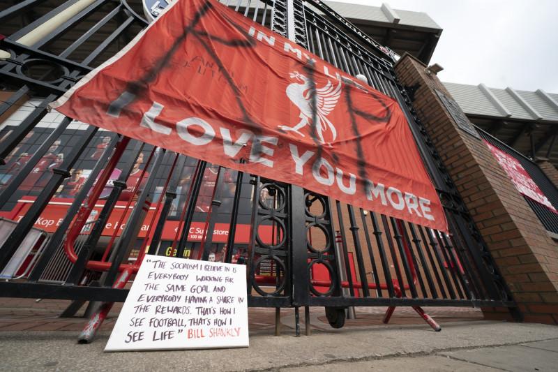 لافتة احتجاجية معلقة خارج ملعب أنفيلد في ليفربول يوم 21 أبريل