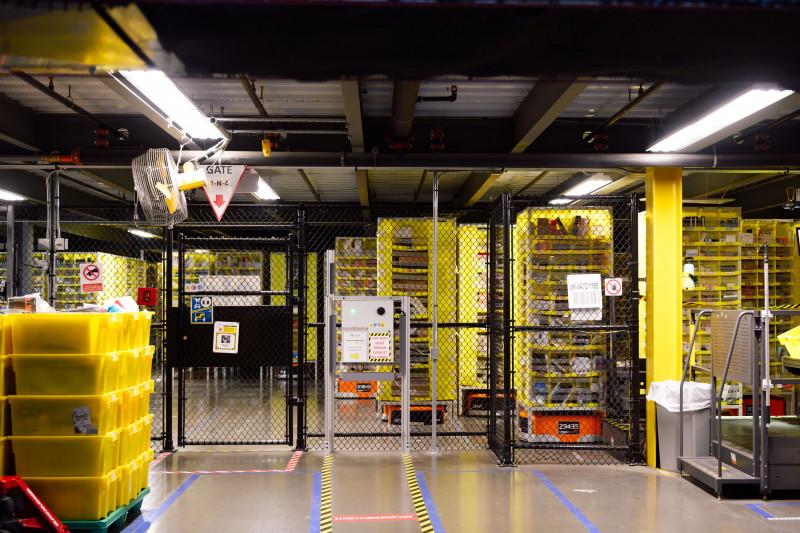 """تعد الروبوتات جزءاً من النظام الآلي الذي سمح لشركة """"أمازون"""" بتلبية طفرة المبيعات عبر الإنترنت خلال الوباء."""