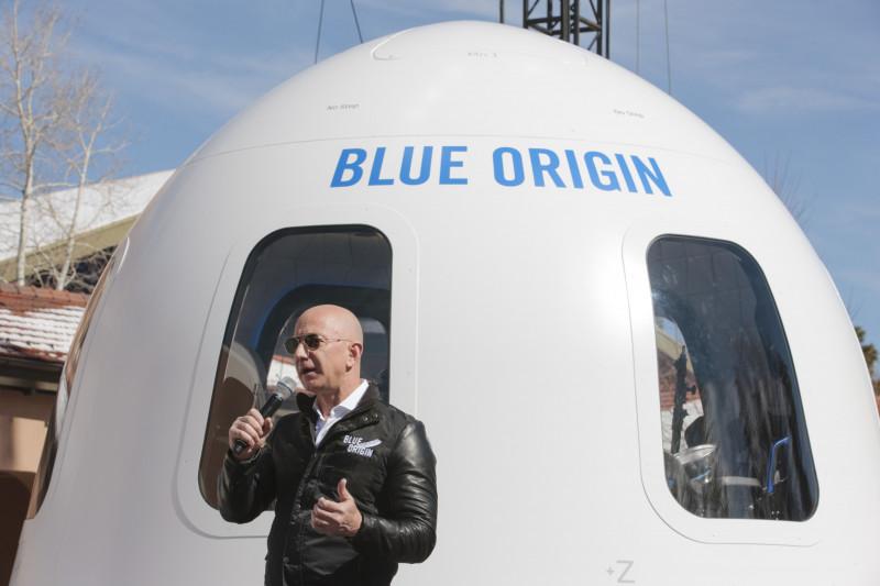 """شركة """"بلو أوريجن"""" المملوكة لجيف بيزوس تخطط لإطلاق أول رحلة تجارية تحمل بشراً إلى الفضاء"""