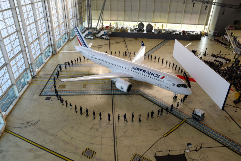 """طائرة ركاب جديدة ضيقة البدن من طراز """"إيرباص إيه 220"""" أثناء إزاحة الستار عنها من قبل """"الخطوط الجوية الفرنسية – كيه إل إم"""" في مطار باريس شارل ديغول، فرنسا، في 29 سبتمبر"""