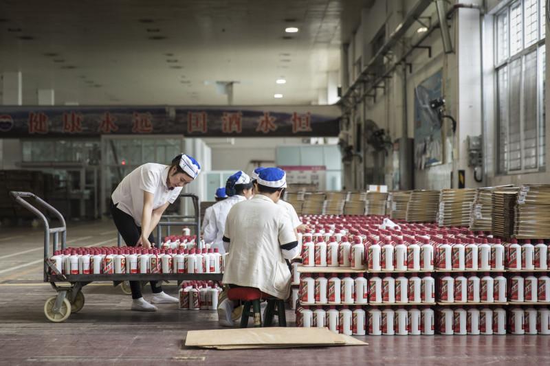 عمال يقومون بإعداد زجاجات مشروب موتاي باجو في مصنع شركة كوايتشو موتاي في بلدة موتاي بمقاطعة قويتشو في الصين يوم الخميس 14 ديسمبر 2017.