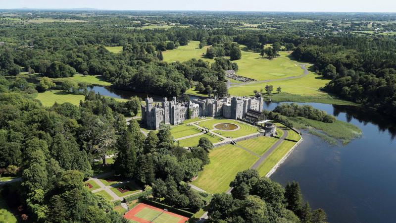 تتطلع قلعة آشفورد الواقعة في مقاطعة مايو بأيرلندا، إلى موسم صيفي مزدحم، لكنه موسم ليس فيه كثير من الأمريكيين