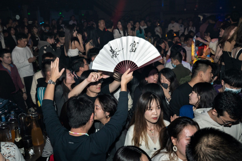 محتفلون في ملهى ليلي في بكين