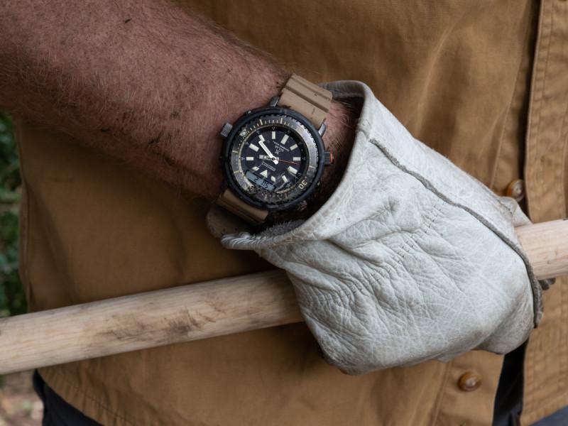 """ساعة """"جيسون هيتون"""" المصممة للارتداء على اليد اليمنى"""