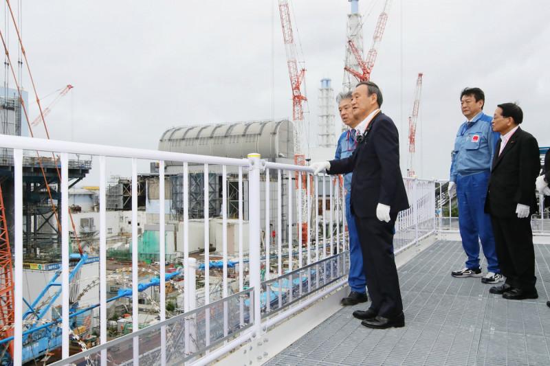 رئيس الوزراء يوشيهيدي سوجا، وسط الصورة، يزور مصنع فوكوشيما داي إيتشي، في 26 سبتمبر 2020