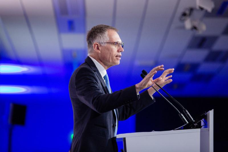 كارلوس تافاريس ، الرئيس التنفيذي لمجموعة PSA ، يشير أثناء حديثه خلال المؤتمر الصحفي لأرباح الشركة للعام بأكمله في باريس ، فرنسا