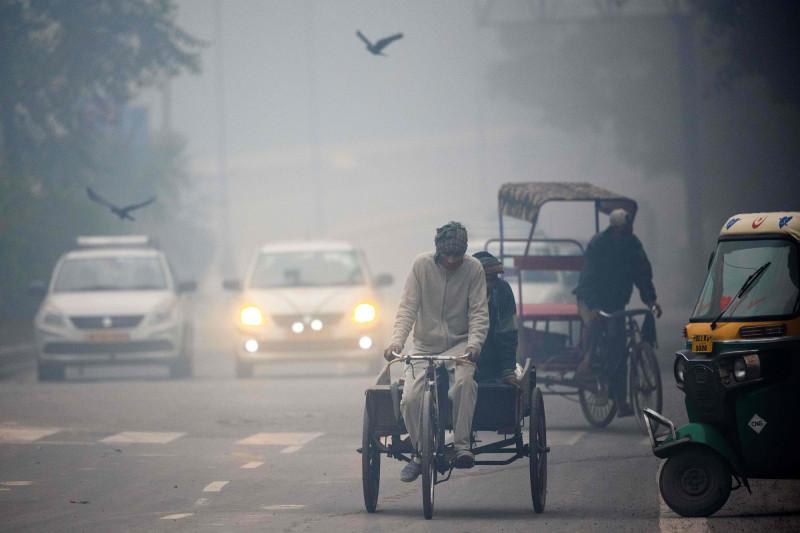 الضباب الكثيف يطغى على المشهد في شوارع نيو دلهني، الهند.