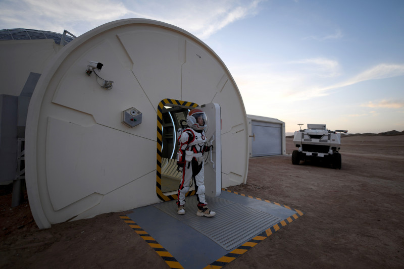 """امرأة ترتدي بدلة فضائية خاصة في """"قاعدة المريخ 1"""" في صحراء جوبي بالصين"""