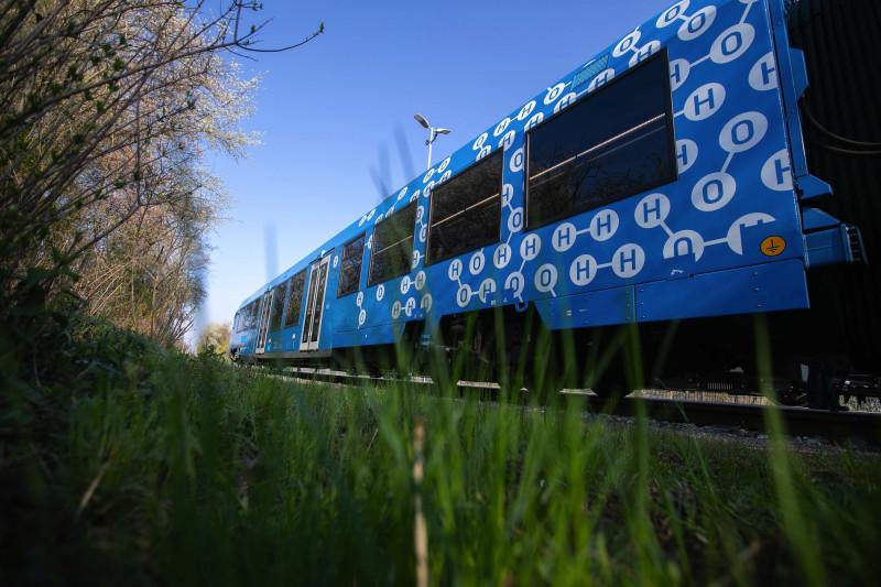 """نموذج قطار """"كوراديا إيلينت"""" العامل على خلايا الوقود الهدروجينية من صنع شركة """"أسلتوم إس"""" في زالتسغيتر ألمانيا"""