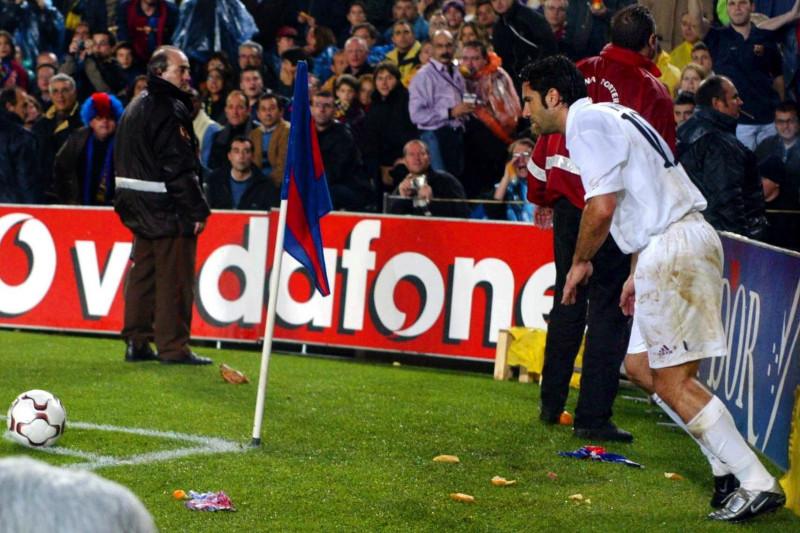 لويس فيجو لاعب ريال مدريد خلال مباراة ضد برشلونة على ملعب نوو كامب