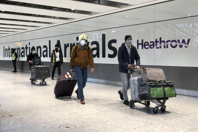 """مسافرون يعبرون من منطقة الوصول بمطار """"هيثرو"""" البريطاني"""