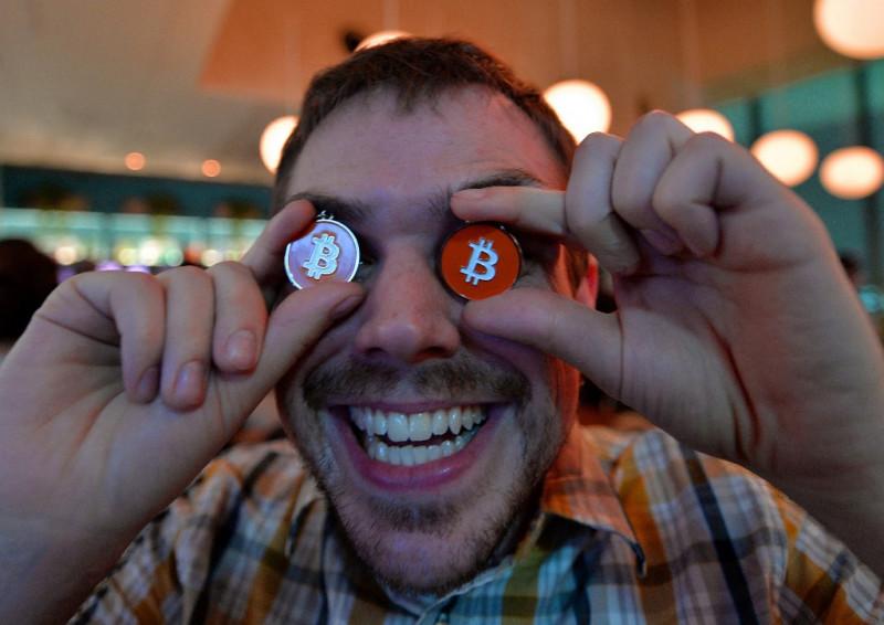 أحد تجار العملات المشفرة يستخدم عملة رمزية لبتكوين في صورة مرتبة أثناء مؤتمر في العاصمة اليابانية طوكيو