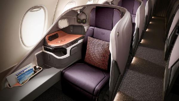 """مقاعد الركاب في مقصورة رجال الأعمال التابعة """"للخطوط الجوية السنغافورية"""" (Singapore Airlines) على متن طائرة Airbus SE A380 بتاريخ 2 نوفمبر 2017."""