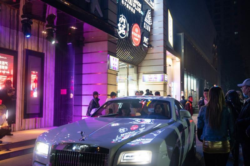 سيارة رولز رويس أمام أحد النوادي الليلية وبارات الكاريوكي في بكين
