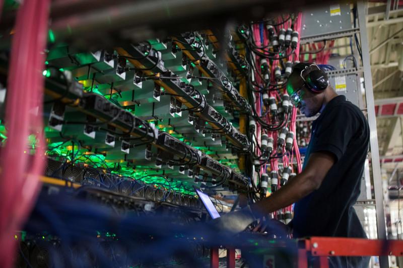 """أحد الخبراء يراقب منصات تعدين عملات مشفرة في منشأة تابعة لـ""""بيتفارمز"""" بولاية كيبيك الكندية"""