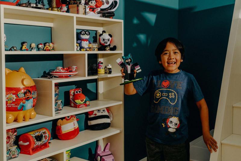 الطفل ريان يقود نماذج ثراء الأطفال عبر يوتيوب