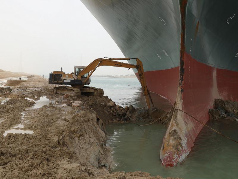 محاولات إنقاذ سفينة الحاويات العملاقة إيفرغرين.