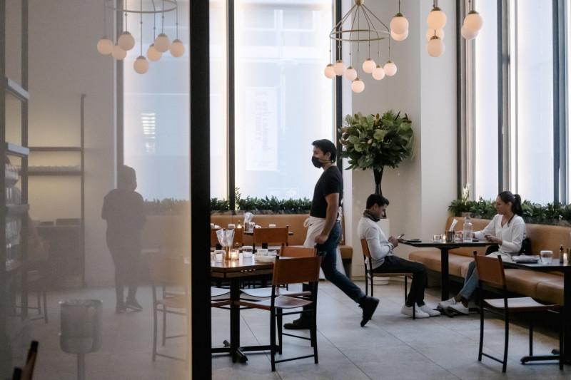 أعادت مطاعم مدينة نيويورك فتح أبوابها في 30 سبتمبر بعد ستة أشهر من الإغلاق الناجم عن الوباء. لكن العديد من أصحاب المطاعم قلقون من أنهم سيكافحون لمجرد تدبير أمورهم