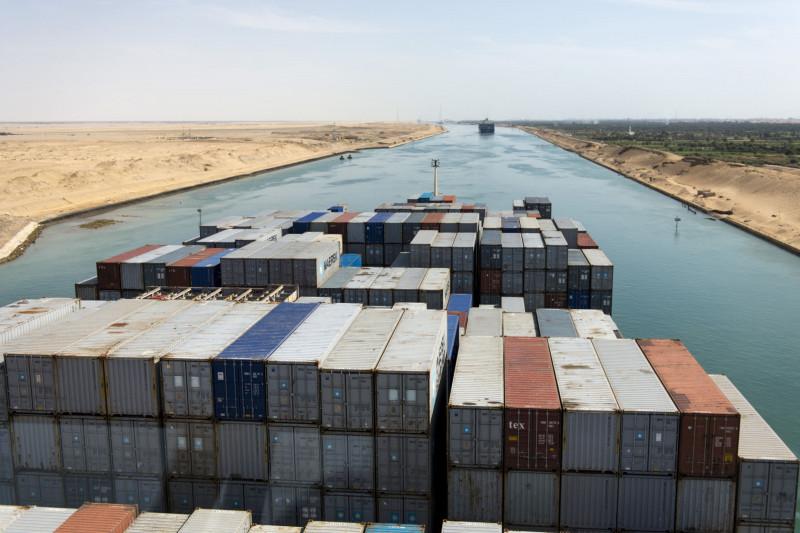 حاويات عل متن إحدى السفن العملاقة العابرة لقناة السويس