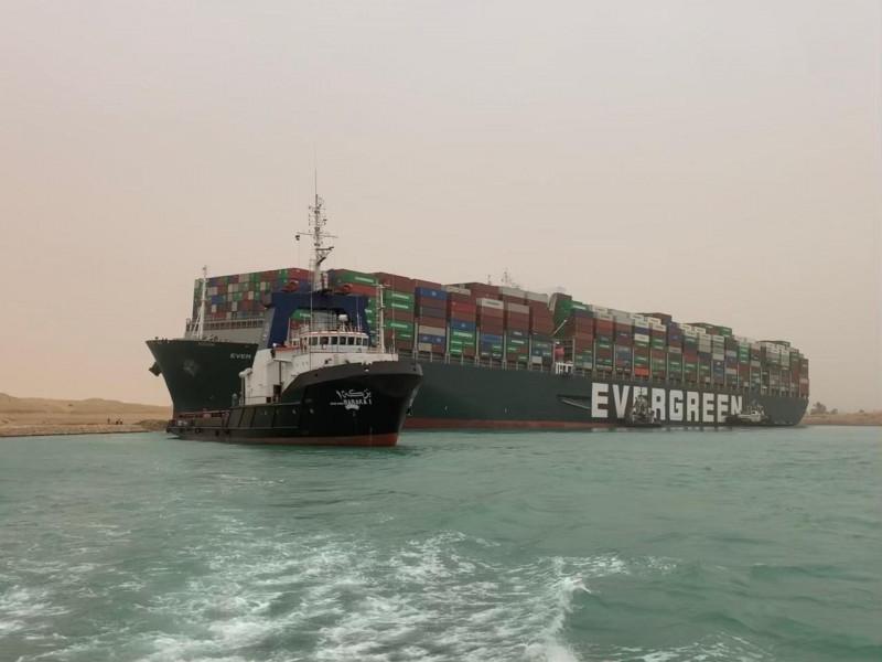جهود إنقاذ سفينة بنمية جنحت في قناة السويس