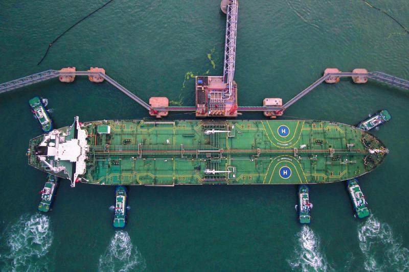 سفن الدفع تساعد ناقلة نفط على الرسو بجانب محطة تزويد وإدارة شحنات الخام