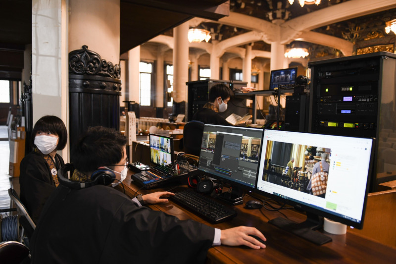 """كهنة يُديرون عبر أجهزة الكومبيوتر بثاً حياً على الإنترنت لمراسم تأبين أحد المتوفين في معبد """"تسوكيجي هونغوانجي"""" في طوكيو"""