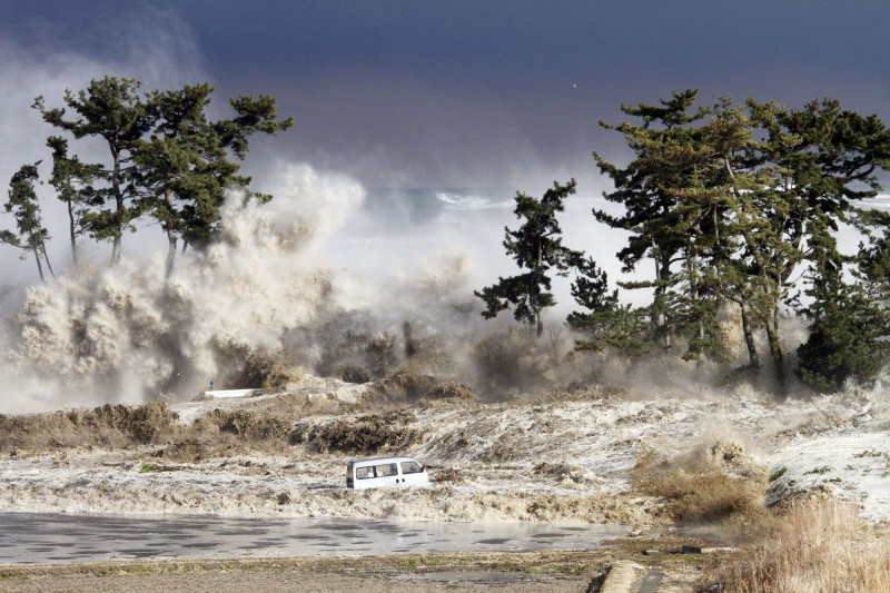 موجات تسونامي الناجمة عن زلزال توهوكو في 2011