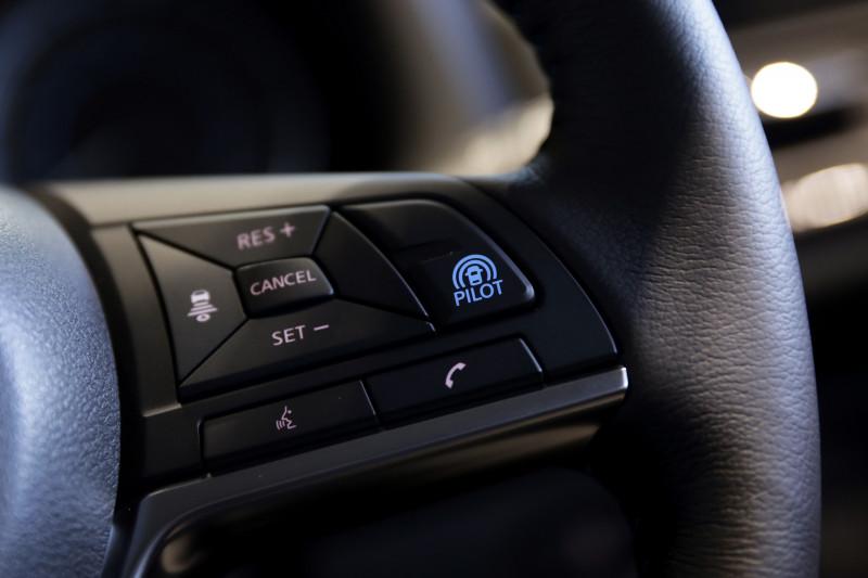 مفتاح برو بايلوت فوق عجلة قيادة سيارة من طراز Leaf e+
