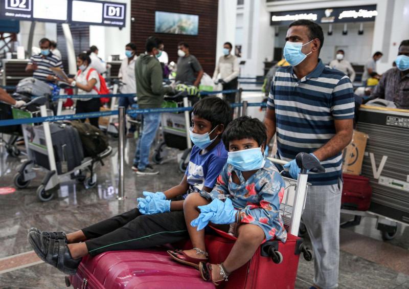هنود في مطار مسقط في عمان