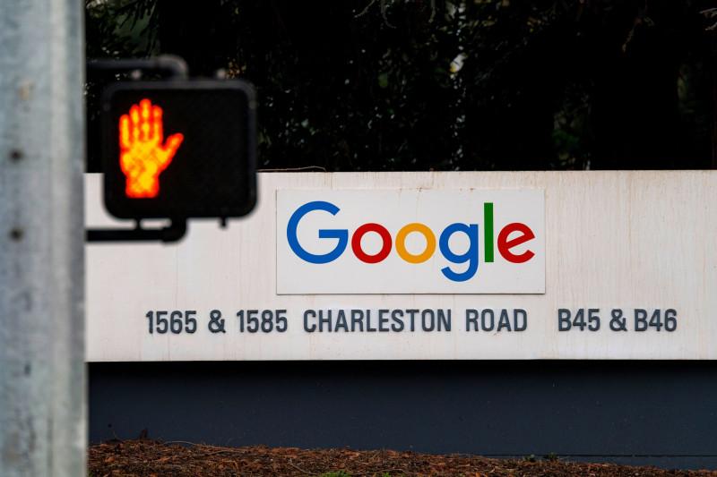 لافتة تحمل العلامة التجارية لشركة غوغل عند مدخل مقرها في مدينة ماونتن فيو بولاية كاليفورنيا