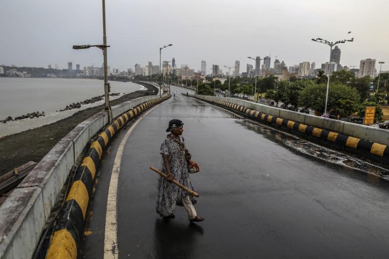 أحد المواطنين يعبر الطريق في أثناء الإغلاق في مومباي العام الماضي