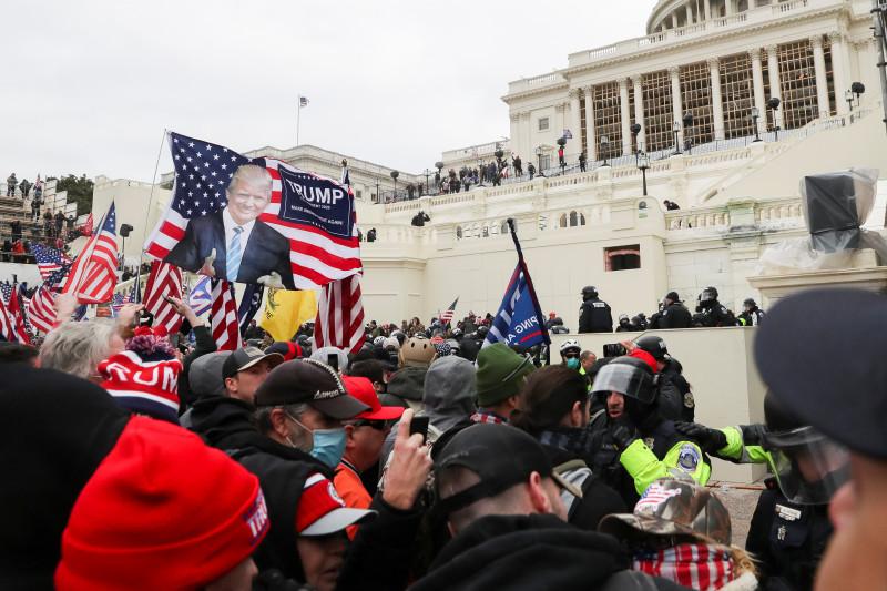 مناصرو الرئيس دونالد ترمب يقتحمون مبنى الكونغرس الأمريكي أثناء انعقاد جلسة التصويت على انتخاب جو باين رئيساً للبلاد في العاصمة واشنطن