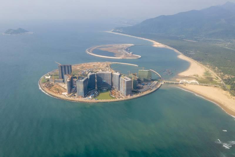 """تغطي جزر """"صن مون باي"""" (Sun Moon Bay) المصممة على شكل الأجرام السماوية مساحة تقارب 1 كيلومتر مربع. بدأ العمل في بناء الجزيرة التي تشبه القمر في عام 2015 دون إجراء تقييم بيئي شامل، وذلك وفقًا لتقارير وسائل الإعلام الصينية."""