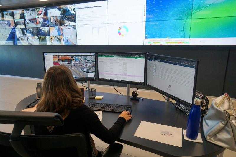 شخص أثناء العمل داخل غرفة التحكم الذكية التابعة لإدارة أمن البندقية